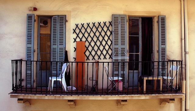 terasa starého domu s francouzským oknem
