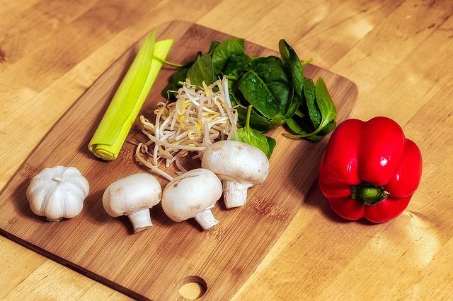 čerstvý salát se svěžími výhonky